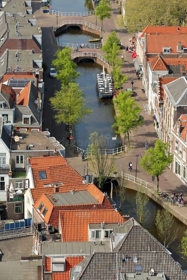 Vue aérienne de canal de Verwersdijk avec des ponts et des maisons traditionnelles, Delft photo libre de droits