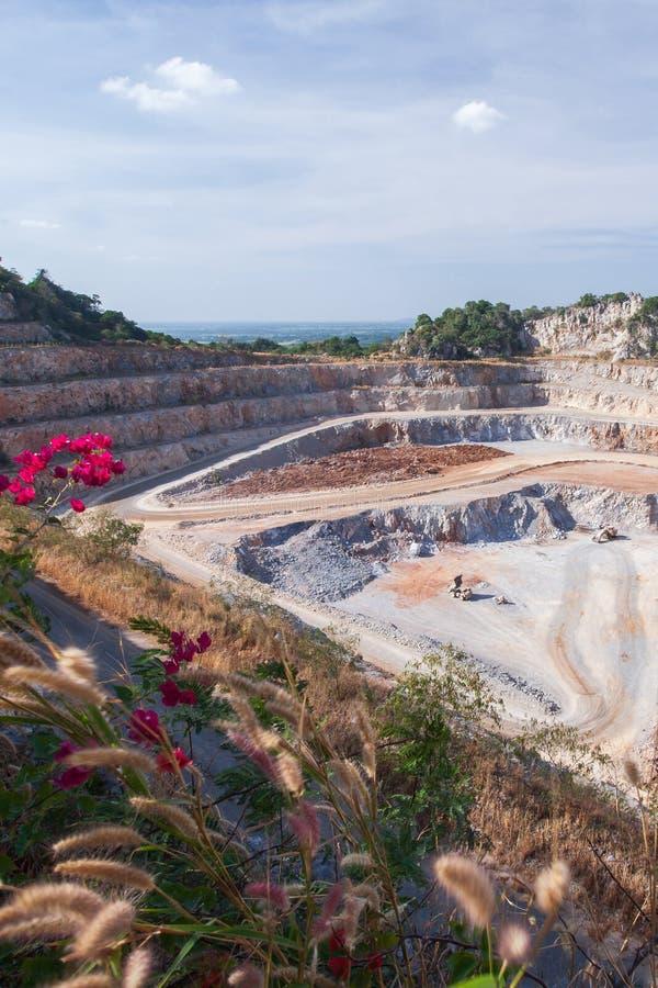 Vue aérienne de carrière de extraction de ciment avec des machines au travail Paysage fantastique des couches d'exploitation à ci photos libres de droits