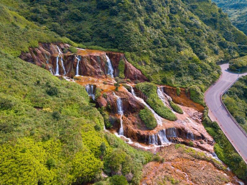 Vue aérienne de cascade d'or Paysage de nature de Jinguashi dans la région de Ruifang il est situé dans la nouvelle ville de Taïp photographie stock libre de droits