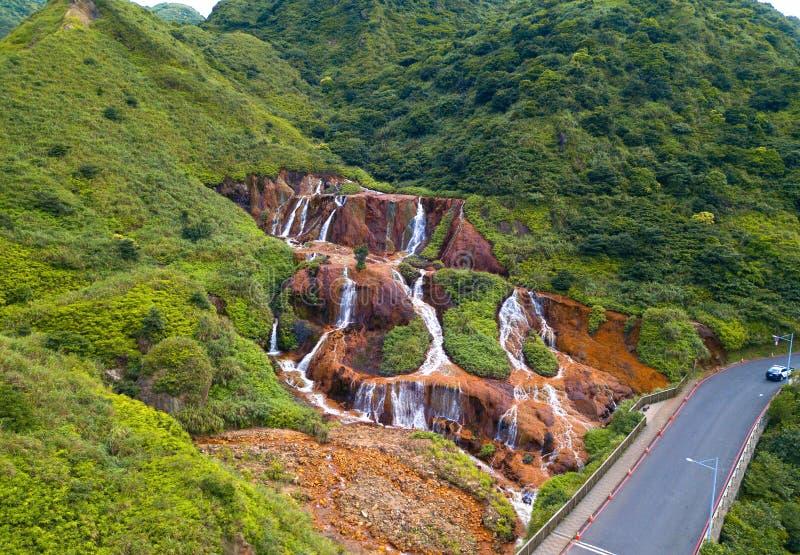 Vue aérienne de cascade d'or Paysage de nature de Jinguashi dans la région de Ruifang il est situé dans la nouvelle ville de Taïp images libres de droits