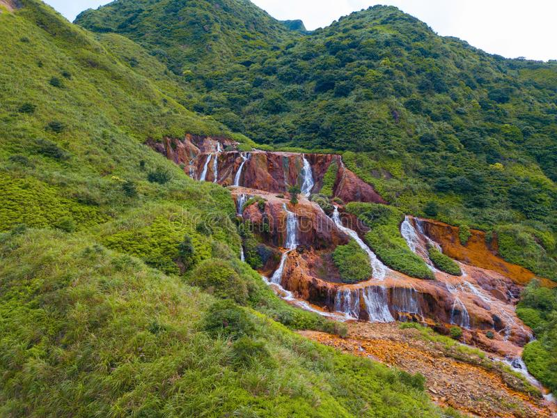 Vue aérienne de cascade d'or Paysage de nature de Jinguashi dans la région de Ruifang il est situé dans la nouvelle ville de Taïp photos libres de droits