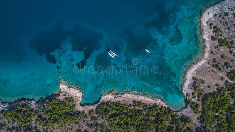 Vue aérienne de catamaran et de yacht en mer près de l'île grecque photos libres de droits