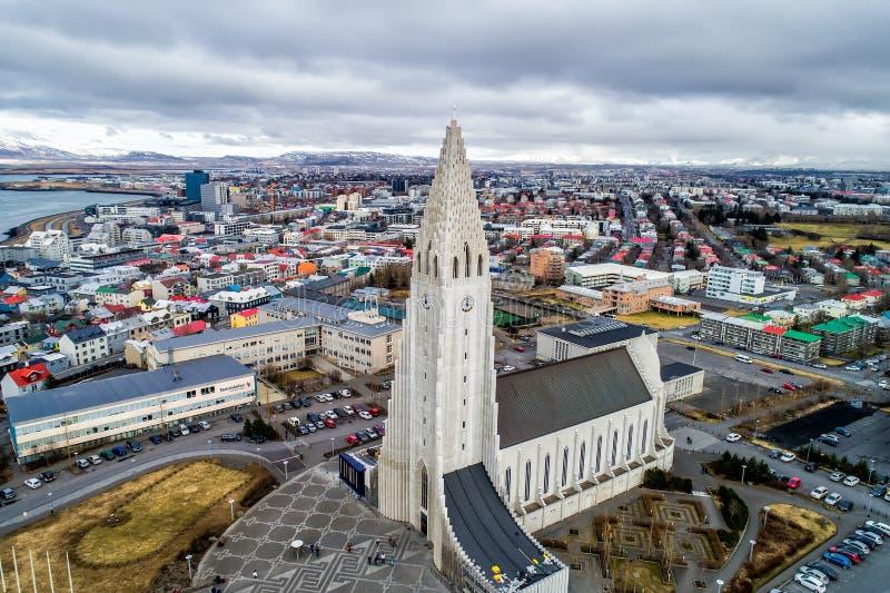 Vue aérienne de cathédrale célèbre de Hallgrimskirkja et de la ville de images libres de droits