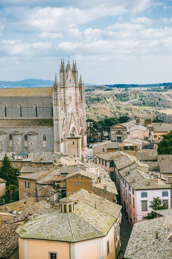 vue aérienne de cathédrale d'Orvieto et de toits historiques antiques des bâtiments dans Orvieto, Rome photos stock