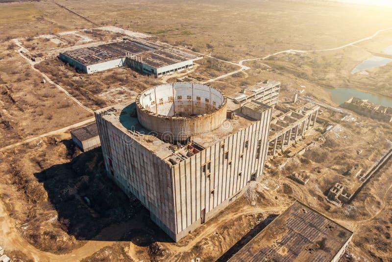 Vue aérienne de centrale nucléaire abandonnée et ruinée Bâtiment énorme avec la totalité ronde pour le réacteur dans le toit sans photos stock