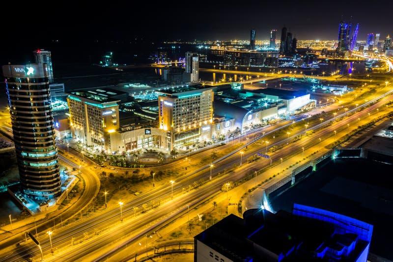 Vue aérienne de centre de la ville du Bahrain la nuit images libres de droits