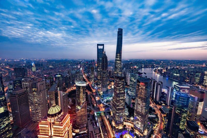 Vue aérienne de centre de la ville de Changhaï au temps de coucher du soleil photos libres de droits