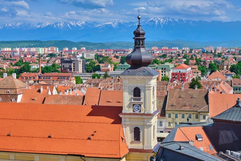 Vue aérienne de centre de la ville de Sibiu avec la tour de imposition du romano-Catolica Sfanta Treime de Roman Catholic Church  images libres de droits