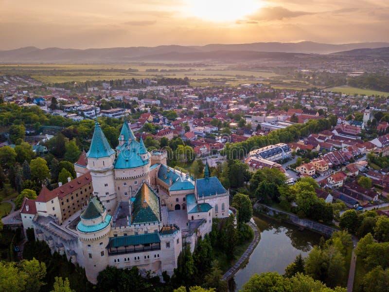 Vue aérienne de château Bojnice, Europe centrale, Slovaquie L'UNESCO Lumière de coucher du soleil image stock