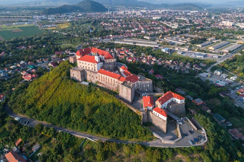 Vue aérienne de château de Palanok, située sur une colline dans Mukacheve, l'Ukraine image libre de droits