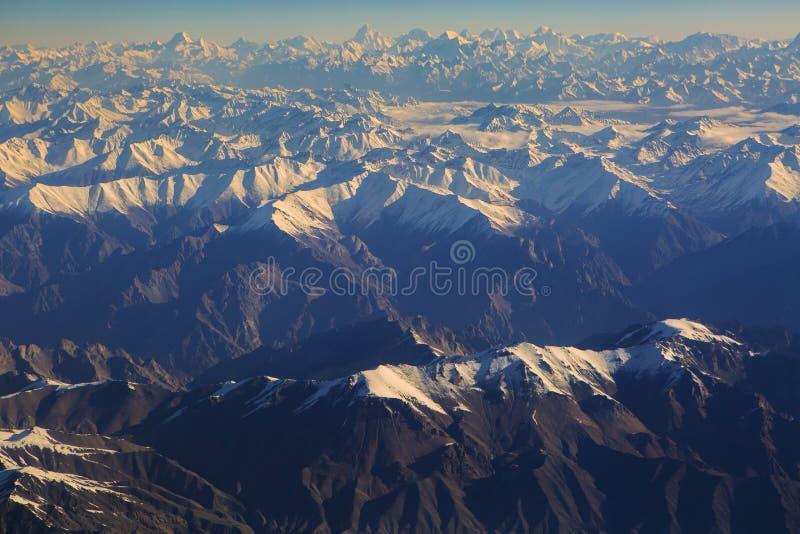 Vue aérienne de chaîne de l'Himalaya sur le chemin à Leh Ladakh photographie stock libre de droits