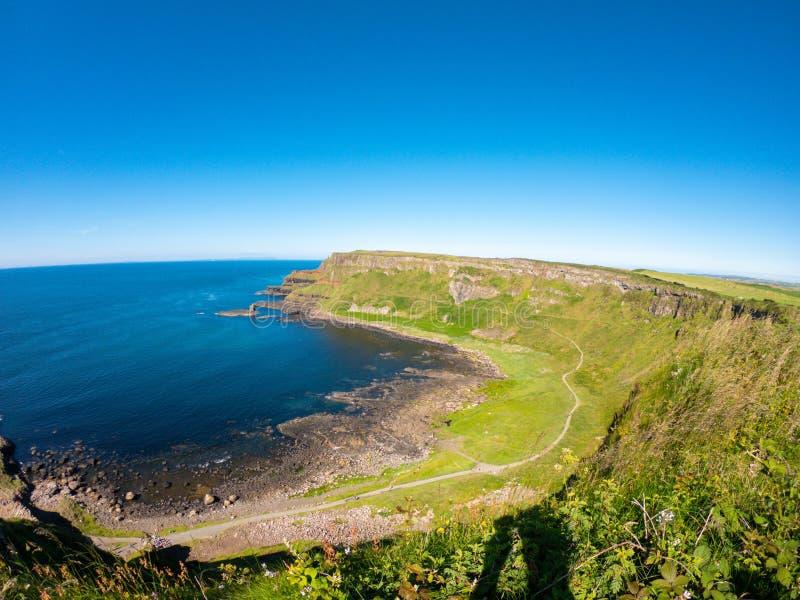 Vue aérienne de chaussée de Giants, colonnes de basalte sur la côte du nord de l'Irlande du Nord près des bushmills photographie stock