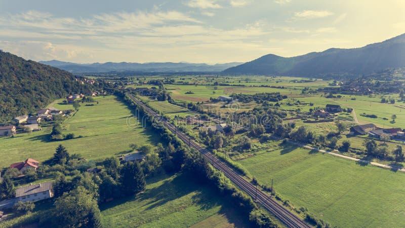 Vue aérienne de chemin de fer fonctionnant par des champs photo libre de droits