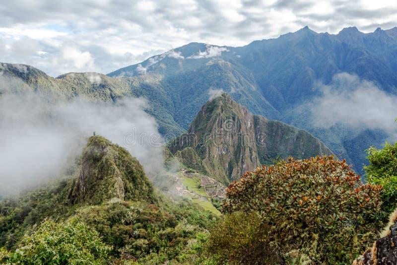 Vue aérienne de citadelle d'Inca de Machu Picchu dans les nuages, située sur une arête de montagne au-dessus de la vallée sacrée photo libre de droits