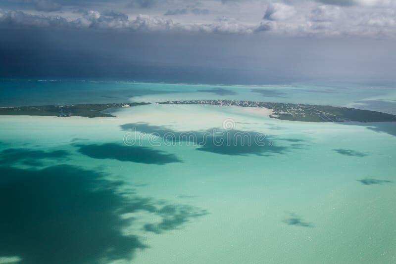 Vue aérienne de clé ou de matoir de Caye sur la barrière de corail outre de la côte de Belize images stock