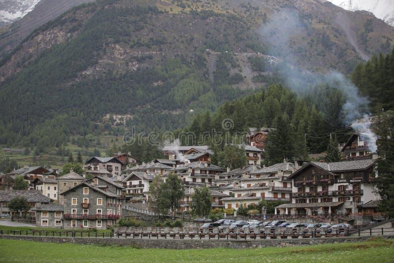 Vue aérienne de Cogne, petite ville en vallée d'Aosta, Italie Automne image libre de droits