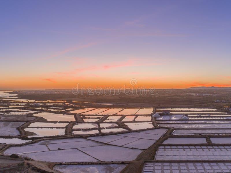 Vue aérienne de crépuscule, en parc naturel de marécages de Ria Formosa, casseroles de sel Algarve photographie stock libre de droits
