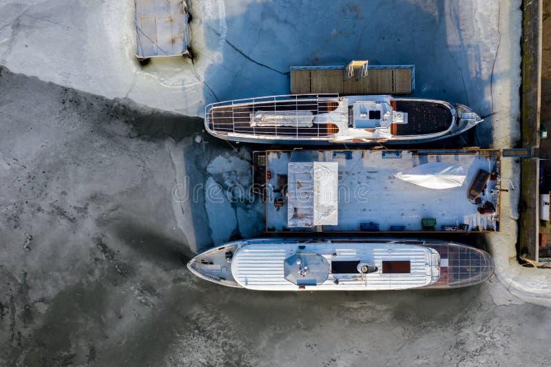 Vue aérienne de deux bateaux congelés dans un lac photo libre de droits