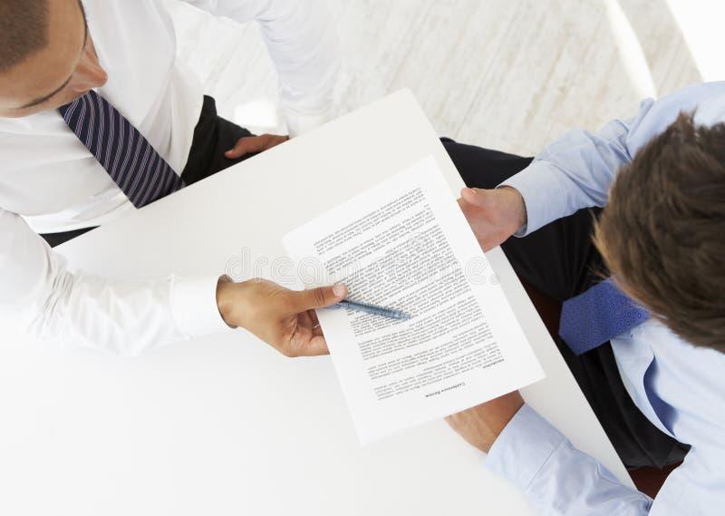 Vue aérienne de deux hommes d'affaires travaillant au bureau ensemble images libres de droits