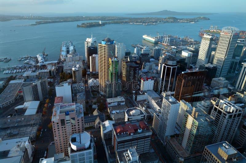 Vue aérienne de district des affaires central de ville d'Auckland avec l'attente photographie stock libre de droits