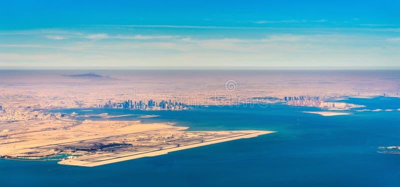 Vue aérienne de Doha et de Hamad International Airport Le Qatar, le Moyen-Orient photo libre de droits