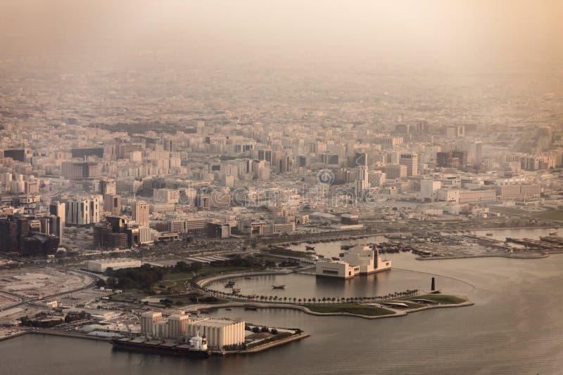 Vue aérienne de Doha, Qatar et port au brouillard et à la poussière image libre de droits