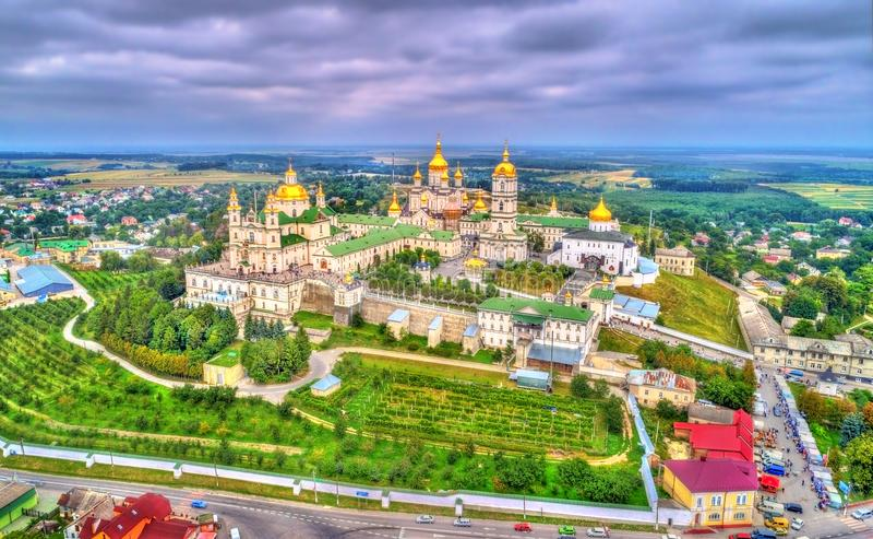 Vue aérienne de Dormition saint Pochayiv Lavra, un monastère orthodoxe dans Ternopil Oblast de l'Ukraine image libre de droits