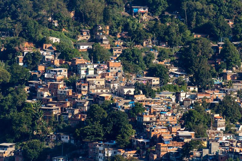 Vue aérienne de Favela DA Rocinha, le plus grand taudis au Brésil sur la montagne de deux frères en Rio de Janeiro photo stock