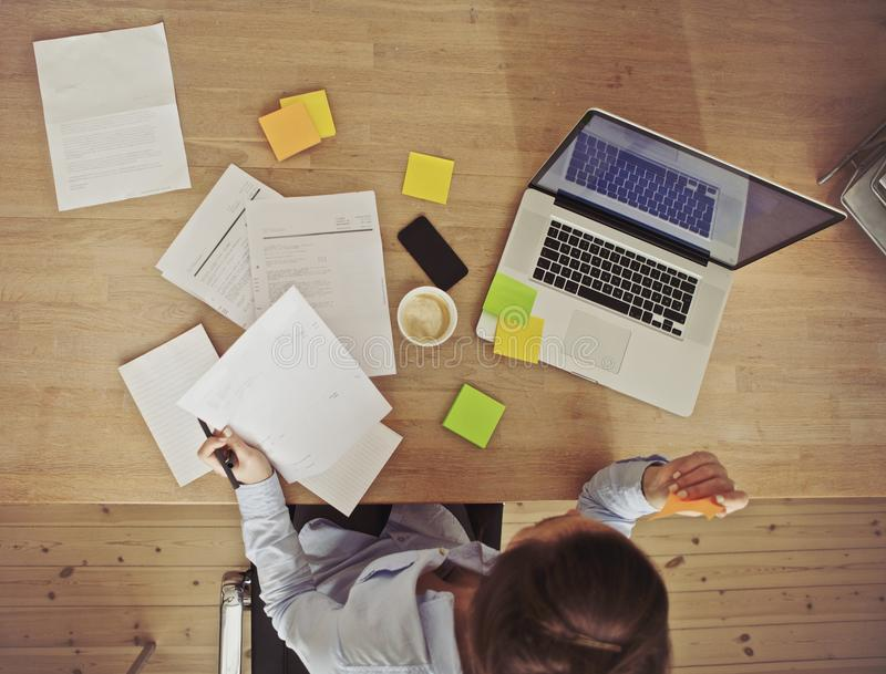 Vue aérienne de femme d'affaires travaillant au bureau image stock
