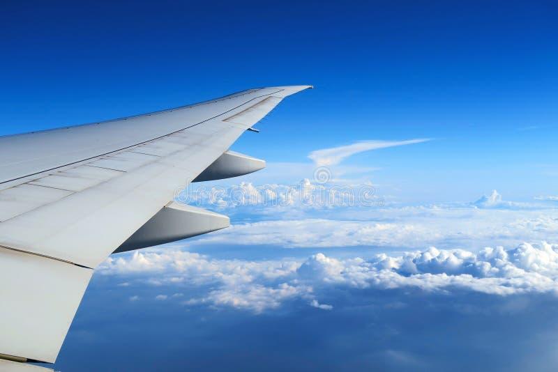 Vue aérienne de fenêtre plate au-dessus des nuages sous le ciel bleu Vue de fenêtre d'avions photo stock