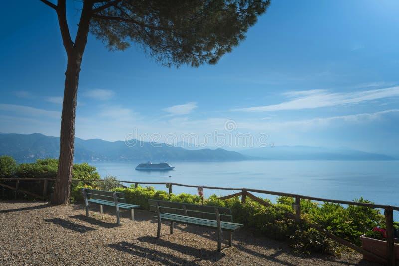 Vue aérienne de fond de bateau de croisière de revêtement d'océan transatlantique dans Portofino images libres de droits