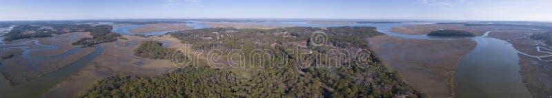 Vue aérienne de forêt et d'oxbows côtiers en rivière dans Carol du sud photos libres de droits