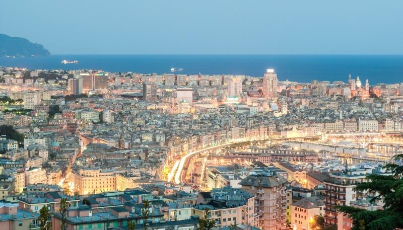 Vue aérienne de Gênes pendant l'heure bleue photographie stock