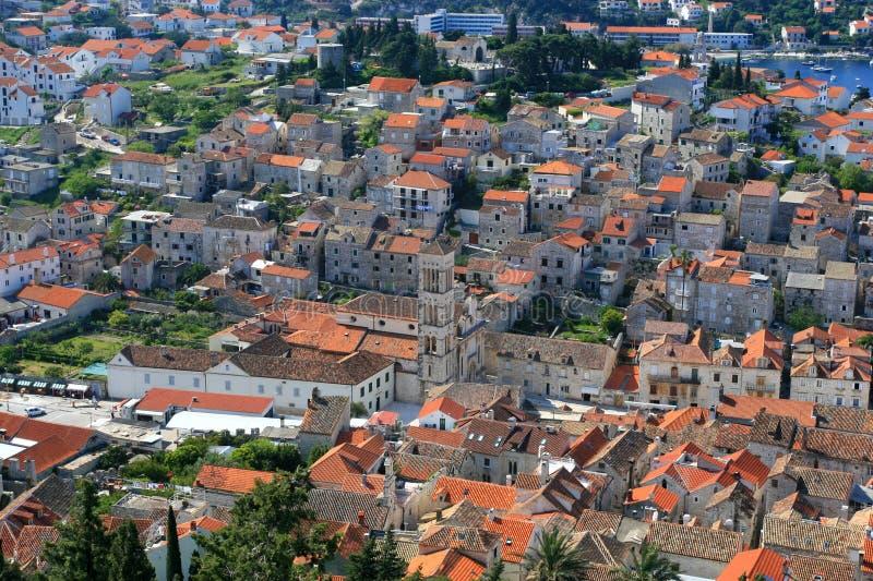 Vue aérienne de grand dos de ville principal sur Hvar photos libres de droits