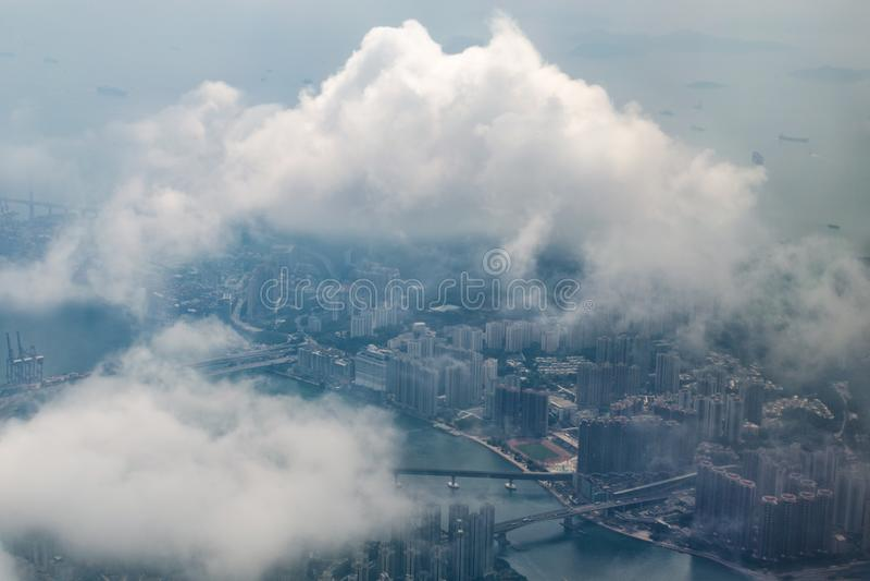 Vue aérienne de grande ville par des nuages, Hong Kong photos stock