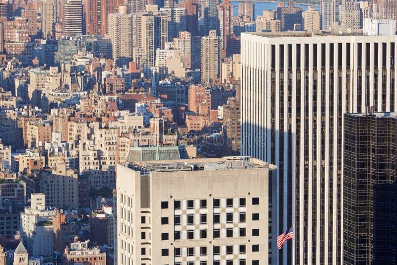 Vue aérienne de gratte-ciel de New York City Manhattan et drapeau des Etats-Unis photos libres de droits