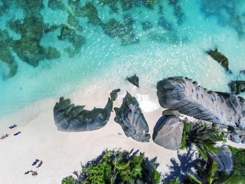 Vue aérienne de haut en bas de belles roches sur la plage images libres de droits