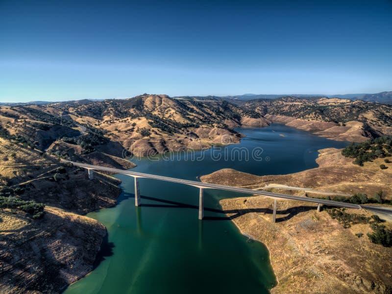 Vue aérienne de James E Roberts Memorial Bridge près de parc national de Yosemite images libres de droits