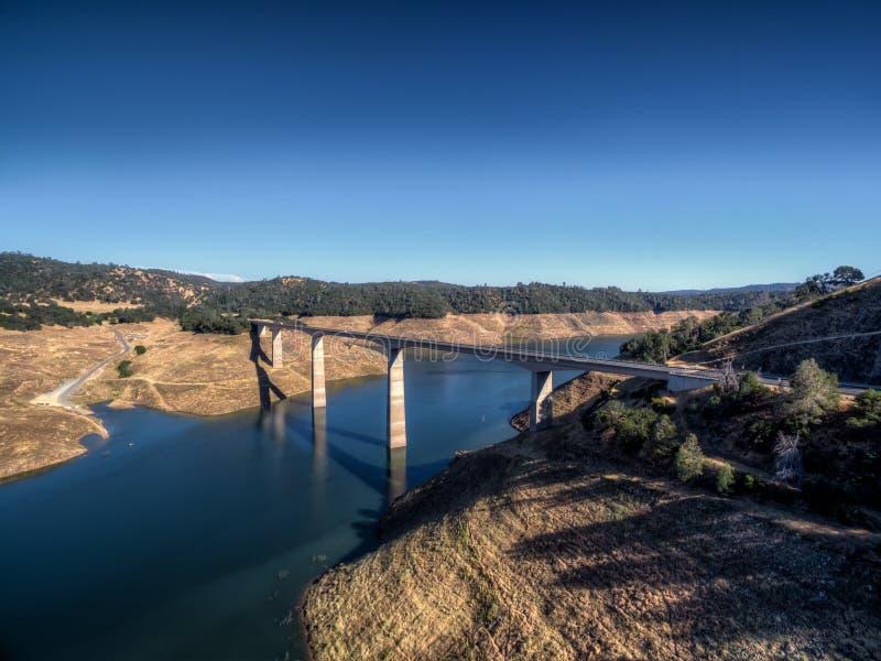 Vue aérienne de James E Roberts Memorial Bridge près de parc national de Yosemite images stock