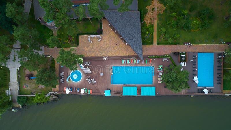 Vue aérienne de jardin de luxe de maison avec la piscine entourée par des arbres image stock