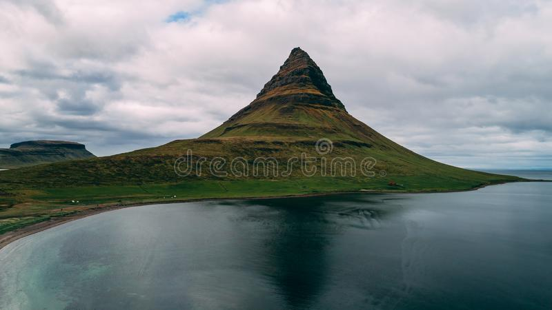 Vue aérienne de kirkjufell en montagne de l'Islande image libre de droits