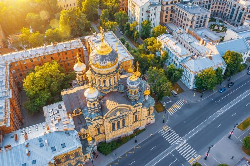 Vue aérienne de l'église d'hypothèse et du remblai de Neva River à Pétersbourg le soir au coucher du soleil images libres de droits