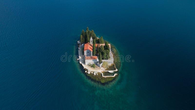 Vue aérienne de l'île de St George avec le monastère, baie de Kotor images libres de droits