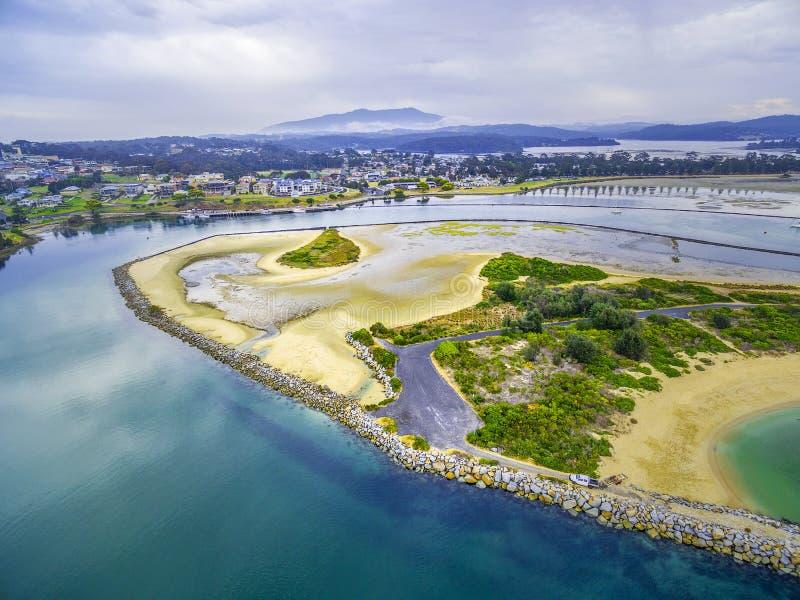Vue aérienne de l'admission de Narooma - bâtiments résidentiels, eau peu profonde NSW, Australie image stock