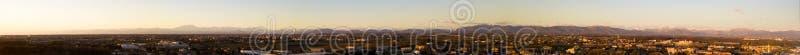 Vue aérienne de l'arc alpin vu de la vallée de PO Montagnes et crêtes sur l'horizon au coucher du soleil photographie stock