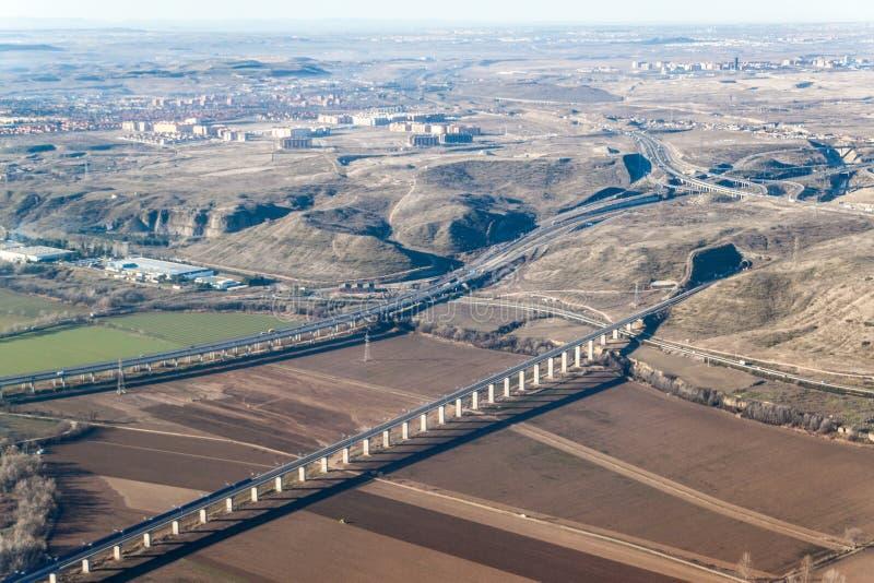 Vue aérienne de l'autoroute R3 et d'un rail à grande vitesse images stock