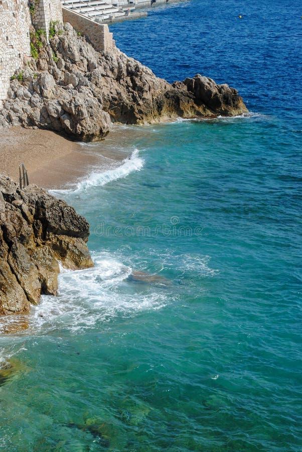 Vue aérienne de l'eau de mer clair comme de l'eau de roche à la plage au Monaco Belle destination de vacances images libres de droits