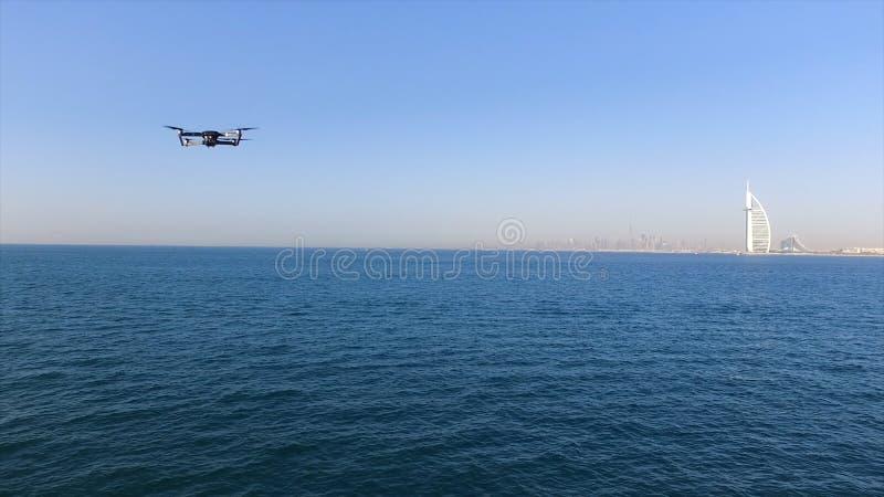 Vue aérienne de l'hôtel de Burj Al Arab, lieu de villégiature luxueux célèbre à Dubaï, sur le fond de ciel bleu barre Quadcopter  photo stock