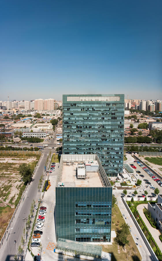 Vue aérienne de l'immeuble de bureaux moderne image libre de droits