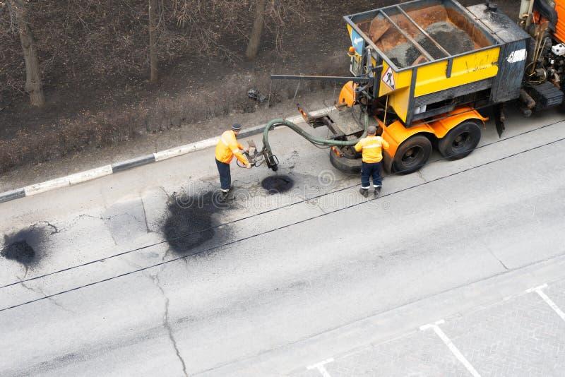 Vue aérienne de la bâche d'asphalte de réparation de travailleurs de route Concept de travail d'?quipe photo libre de droits